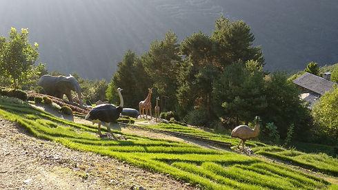 Los jardines de Juberri se encuentran en Sant Julià de Lòria. Se trata de un espacio verde amenizado con distintas esculturas realistas de distintos animales. Es una propuesta ideal para los amantes del arte y de la naturaleza, ya que el lugar combina los dos aspectos a la perfección. El jardín se encuentra en una ladera que goza de unas magnificas vistas al valle de Sant Julià. Por lo tanto, se puede disfrutar de un paseo tranquilo entre los árboles y las esculturas y, a la vez, observar una gran panorámica de las valles de Andorra.