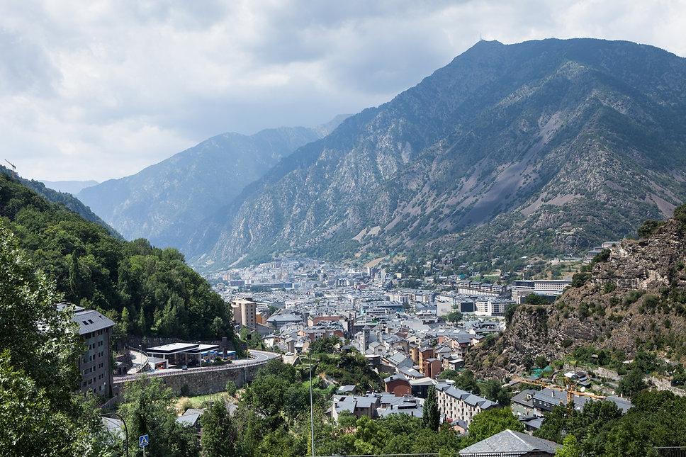 Para descubrir los rincones más impresionantes de Andorra, GUIAND cuenta conDarsi, un rebeco azul que nos guía yacompañandurante todaslas expediciones que realizamos parahallarlos espacios más mágicos de el país. Gracias a la agilidad y destreza de Darsi, llegamos a encontrar lugares verdaderamente únicos e inimaginables quefotografiamose investigamos para todos vosotros. Deslízate sobre la imagen de Darsi y conoce su verdadera historia.