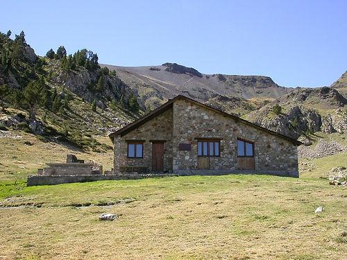 Refugio de Claror. El refugio de Claror es un refugio de montaña de la parroquia de Escaldes-Engordany (Andorra) a 2280 m de altitud. Está situado en el Valle de Claror, entre la collada de Prat Primer, Perafita y el lago de la Nou.