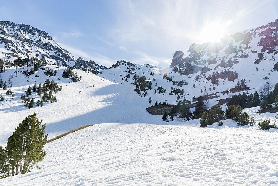 Andorra es sinónimo de naturaleza, aventura y diversión. Los valles andorranos están llenas de actividades al aire libre y rincones por descubrir. No hay mejor lugar para conocer el Pirineo y vivir aventuras inolvidables. El país ofrece un turismo muy variado donde pasarlo bien y disfrutar está a la orden del día. Ocio, compras, naturaleza, deportes..
