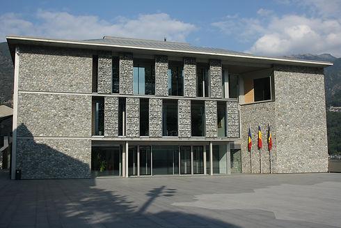 El Consejo General se encuentra en pleno centro de Andorra la Vella. Este edificio se construyó para dar cabida a la actividad parlamentaria de Andorra y propiciar unas instalaciones más amplias donde poder dirigir el Principado, puesto que la antigua sede de el Consejo, la Casa de la Vall, se fue quedando pequeña. La infraestructura tiene una superficie total de 16.000 m2, entre las diferentes plantas del edificio y los espacios abiertos que se usan como zona de descanso.