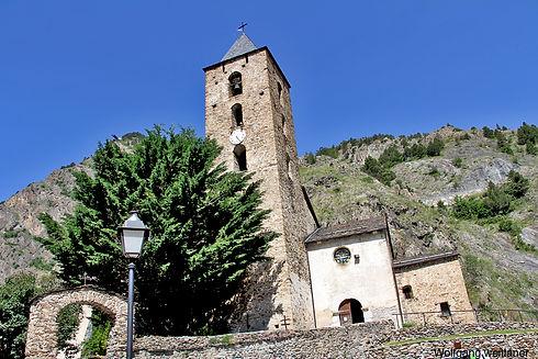 La iglesia de San Serni de Canillo data de la época barroca (siglos XVII-XVIII) y conserva vestigios de una construcción románica anterior (siglo XII), como los muros y el baptisterio. La nave central y el campanario (que es el más alto de Andorra) se tuvieron que construir de nuevo a principios del siglo XVII.