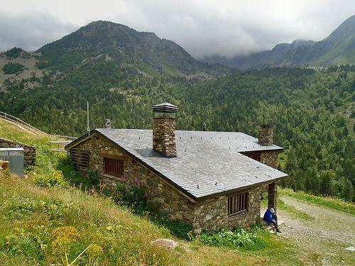 Refugio borda de sorteny. El refugio Borda de Sorteny es un refugio de montaña situado en el Parque Natural del Valle de Sorteny, en la parroquia de Ordino.Desde este establecimientose puede descubrir un abanico de itinerarios a pie y senderos llenos de naturaleza y parajes idílicos.