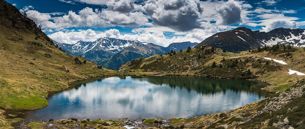 Andorra es un país lleno de vida y evolución. A pesar de ser un territorio de dimensiones pequeñas, dispone de un amplio abanico de aventuras yexperienciaspara todos los gustos y aficiones. Uno de los atractivos más destacados del el Principado es la combinación de naturaleza y civilización que ofrece. El país convive a la perfección con estos dos elementos y por ello muestra un turismo único y muy particular, puesto que se puede disfrutar de una escapada a la montaña y, a la vez, vivir una jornada de compras y ocio totalmente diferente. Conoce las especificidades ycaracterísticasde Andorra y adéntrate de lleno en estepequeñopero gran país!