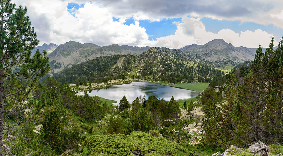 Encamp se encuentra en medio de Andorra. Está dividida en dos núcleos (Encamp y el Pas de la Casa) y es una parroquia viva, activa y llena de historia. También es sinónimo de deporte, cultura y gastronomía.  Para disfrutar del patrimonio natural que ofrece la parroquia des de las alturas, se puede hacer uso del Funicamp, una instalación que llega a los 2.000 metros de altitud. Y para acabar de adentrarse en la naturaleza, la mejor opción es visitar el Pas de la Casa, donde también se halla uno de los principales ejes comerciales del país.