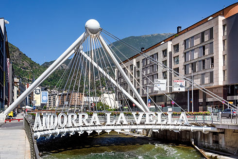 El Puente de París es todo un emblema de Andorra la Vella, une ambos márgenes del río Gran Valira y conecta las diferentes zonasmás comerciales yturísticasde la ciudad. Por su localización, resulta imposible no toparse con él durante un paseo por el centro. La postalmásinteresante llega al caer la noche, cuando unasletras gigantes con la palabra 'ANDORRA LA VELLA'se iluminan dejando una estela de luces digna de ser fotografiada. Actualmente, el paseo que sigue elpuentetambién está iluminado con diferentes bombillasy luces de exterior que acaban de completar el espacio y le aportan a la zona una personalidad einterés único.