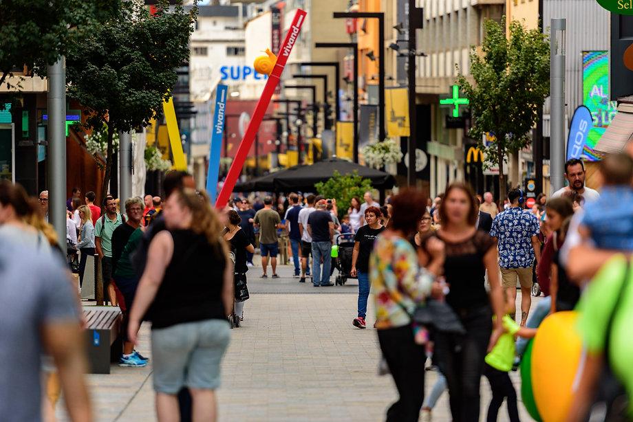 La oferta de ocio y de actividades comerciales de Andorra es muy extensa. Podrás encontrar establecimientos de todo tipo y disfrutar de todas lasoportunidadesque ofrecen las distintas zonas de shopping y restauración del país. Así como de los locales de ocio nocturno y lúdicos:boleras, karaokes, pubs...Entre los espacios más destacados encontramos: la Shopping Mile,Vivand, el Fener Boulevard y el Centro Histórico. Cada una de estas zonas dispone de un amplio abanico de tiendas, centros comerciales, locales de restauración y espacios hechos para pasarlo bien.