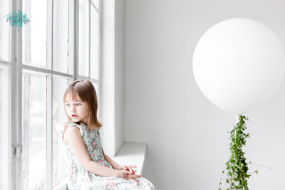 Tyttö ikkunalaudalla © Valokuvaus Mira Näppi