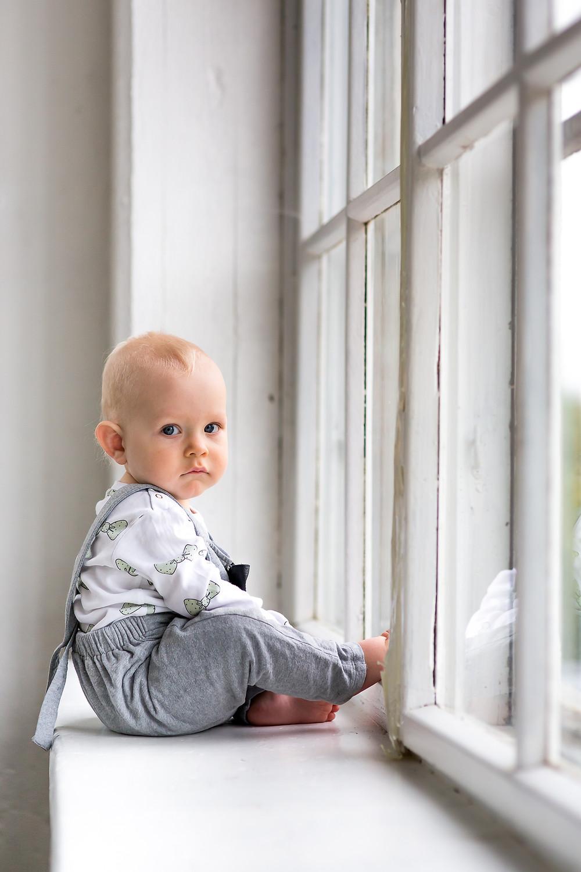 Poika ikkunalaudalla