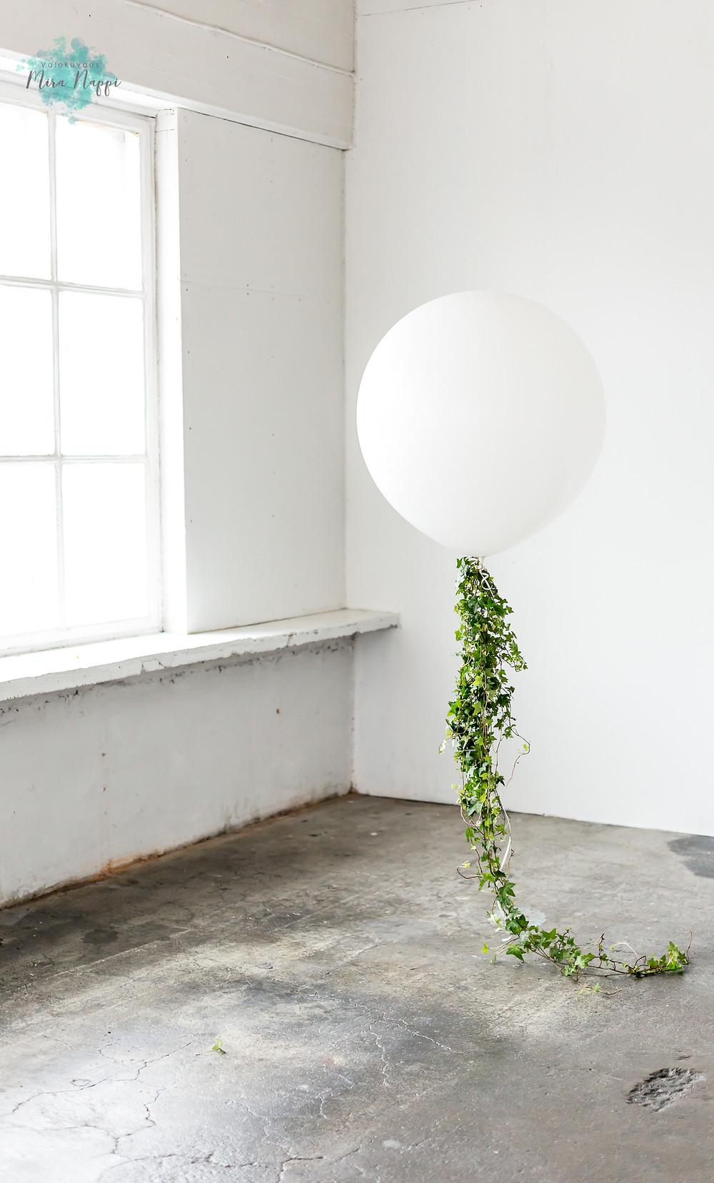 Valkoinen ilmapallo © Valokuvaus Mira Näppi