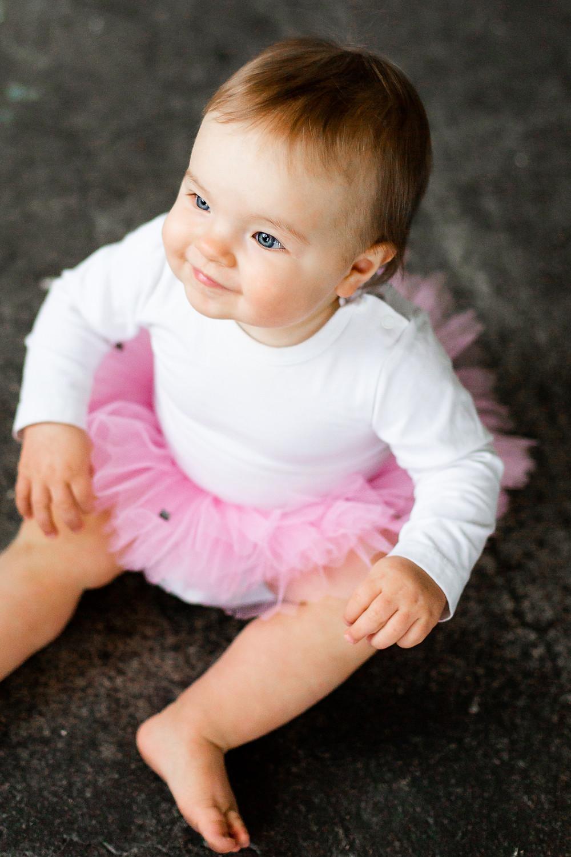 Tyttö hymyilee valokuvauksessa