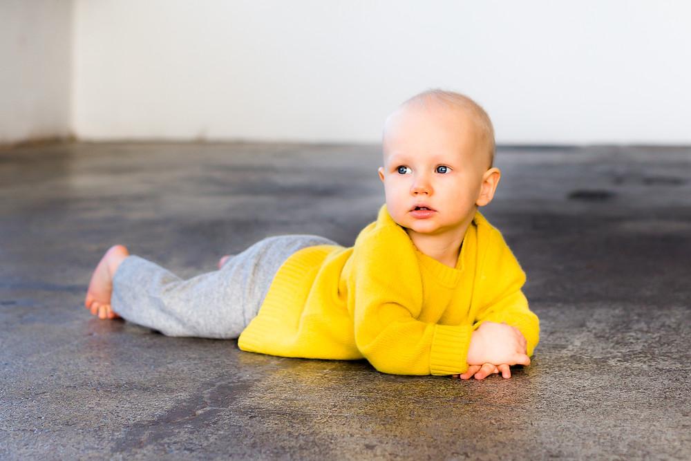 Pieni poika valokuvausstudiolla