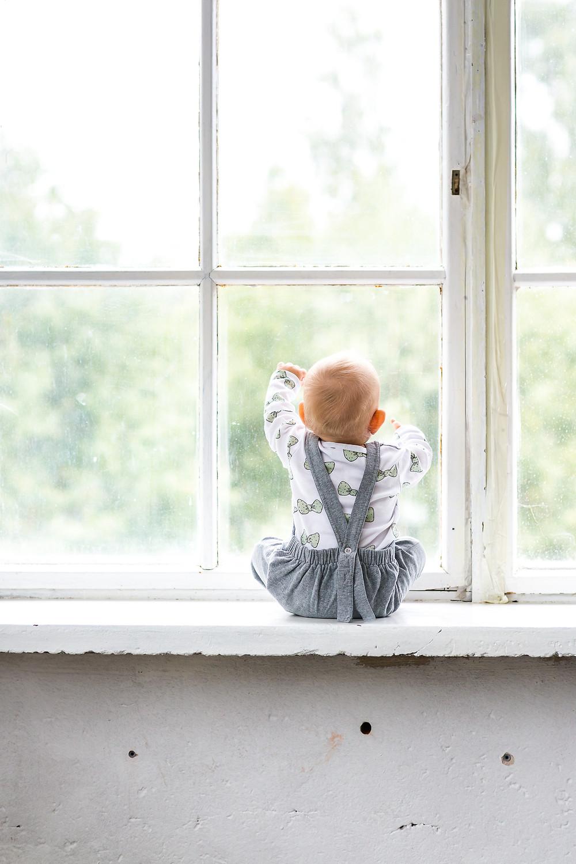 Lapsi ikkunalaudalla