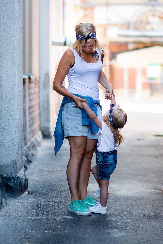 Äiti ja tytär miljöökuvauksessa