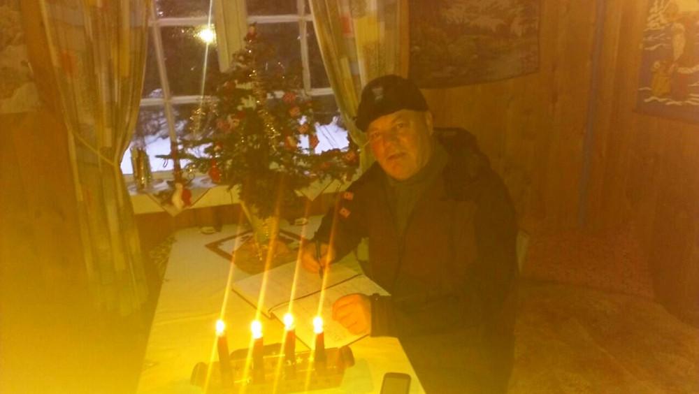 Rolf Sivertsvik, skriver i høttboka, blant juletre og talglys !!