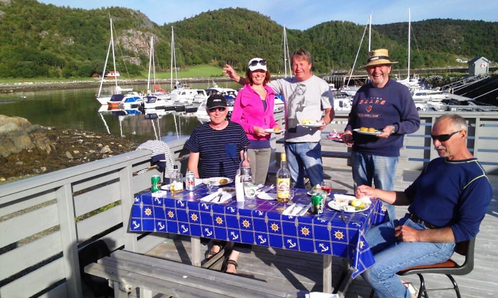 Det kryr av laks i fjorden, og her hives det innpå av 'havets gull' og godt drikke...