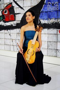 María_Elena_Medina._Vihuela_de_arco.jpg