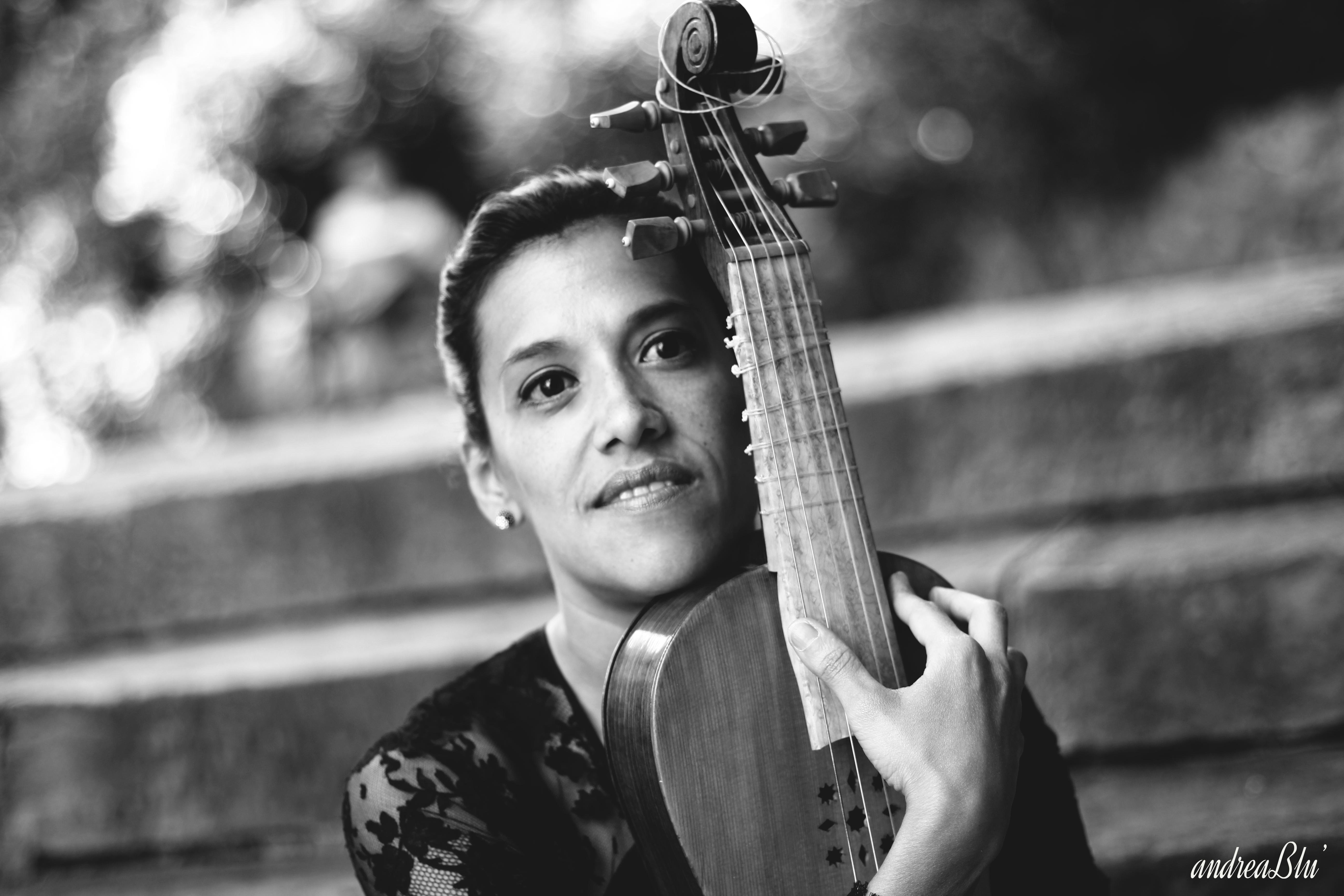 María Elena Medina y vihuela de arco