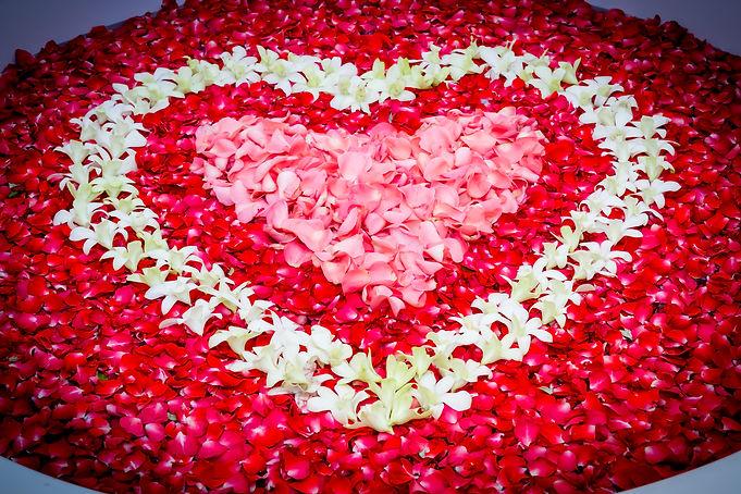 Design rose petals and leelawadee with heart shape decoration in bathtub..jpg