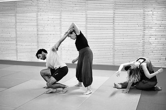 contact-improvisation-contact-impro-dance-close-contemporary-dance-dance-style-movement-ja