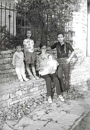 1971 Γιάννενα, με την Λία Βοκοτοπούλου - In Ioannina, with Lia Vokotopoulou
