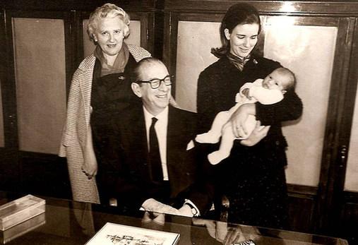 1966 με τους γονείς της και την κόρη της - With her parents and her daughter
