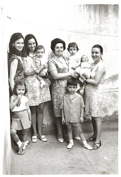 1969 με την Λία Βοκοτοπούλου (δεξιά) - In Ioannina, with Lia Vokotopoulou (to the right)