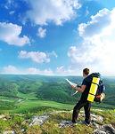 Hombre senderismo en una ladera de la mo
