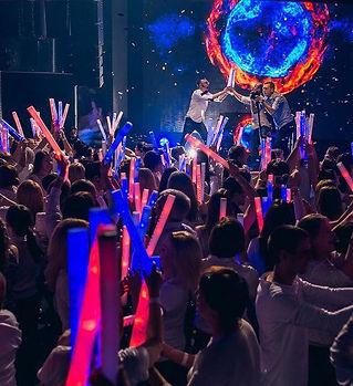 массовые шоу со световым и LED оборудованием.