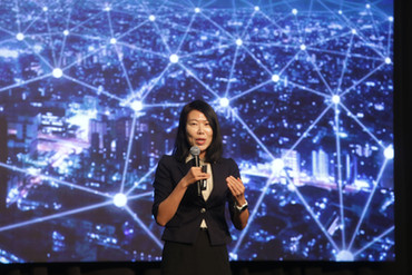 Kim Ki-Yeon, 5G expert, shares global trends in 5G with the stakeholders present at the launch.