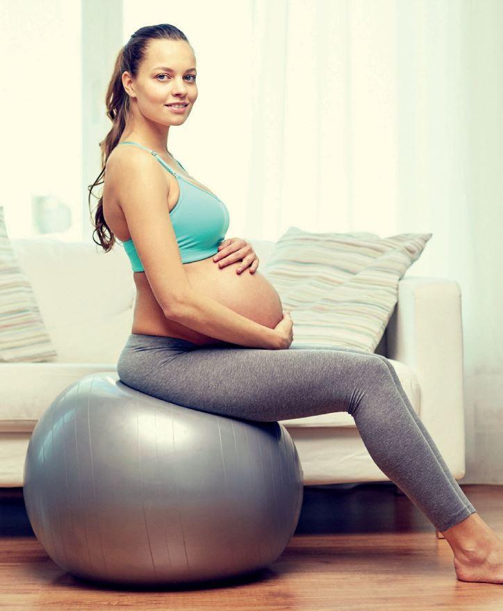 Le bassin doit toujours être en mouvement durant la grossesse afin de prévenir des douleurs du dos, l'importance du ballon de grossesse.