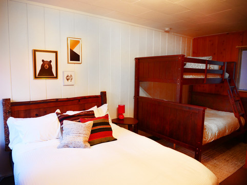Family Motel Room - Grand Pine Cabins Wrightwood Hotel