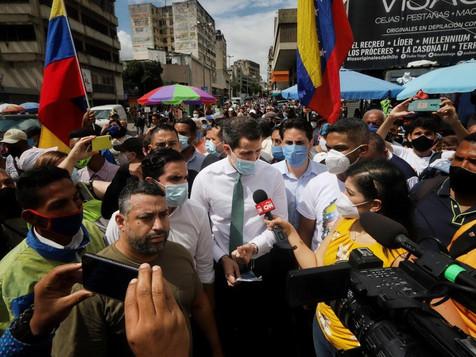 Guaidó recorre bulevar de Sabana Grande y pide alzar la voz por Venezuela participando el 12D