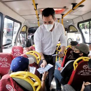 Guaidó llamó a participar en la Consulta Popular a bordo del transporte público caraqueño