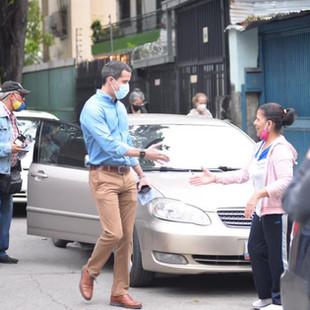 Guaidó amanece recorriendo colas de gasolina para invitar a los venezolanos a rechazar el fraude