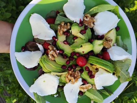 Lehký salát s ovocem, který si můžete dát k večeři bez výčitek
