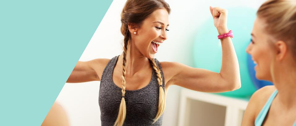 žena zhubla cvičením tuk a má radost