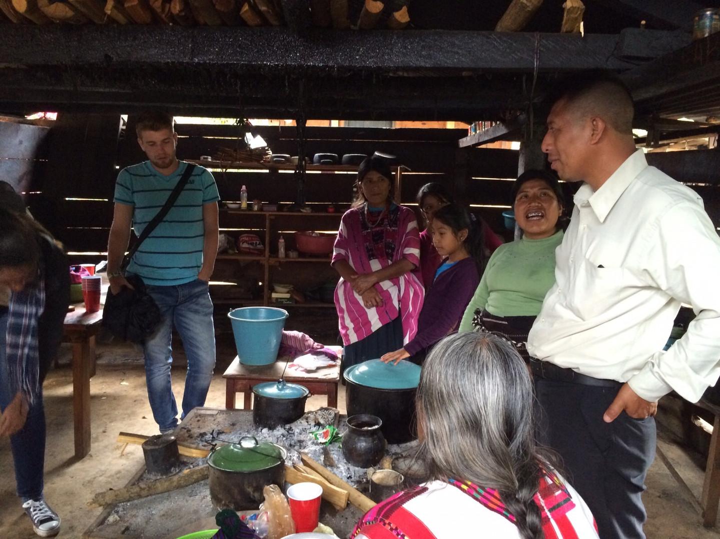 haciendo tortillas en la comunidad