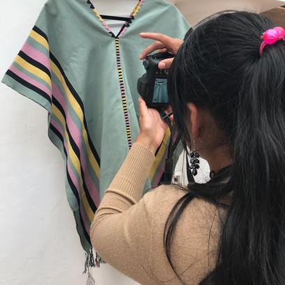 Cristina tomando fotos a su prenda.jpg
