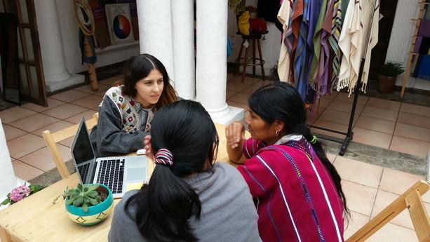 conversación con las beneficiarias para curso de negocios