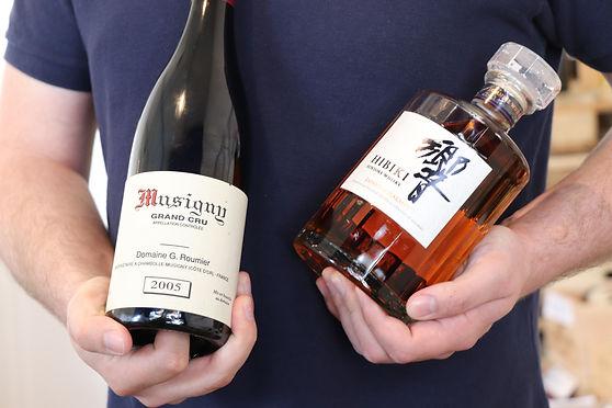 vincent qui tient un musigny grand cru et un whisky hibiki