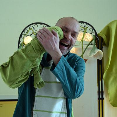 Bart Van Puyenbroeck als verteller met Krak de krokowil