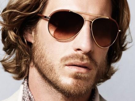 Basta colocar seus óculos de sol e, você já se sente mais boa pinta. Já parou para pensar por que is