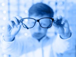 Isolamento e excesso de tecnologia aumentam a miopia nas crianças; veja como cuidar