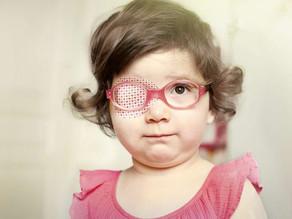 Óculos especiais para crianças com Catarata Congênita