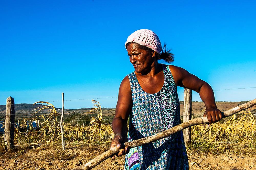 Fotografia de Enedina na comunidade Pai João, em Euclides da Cunha/BA.
