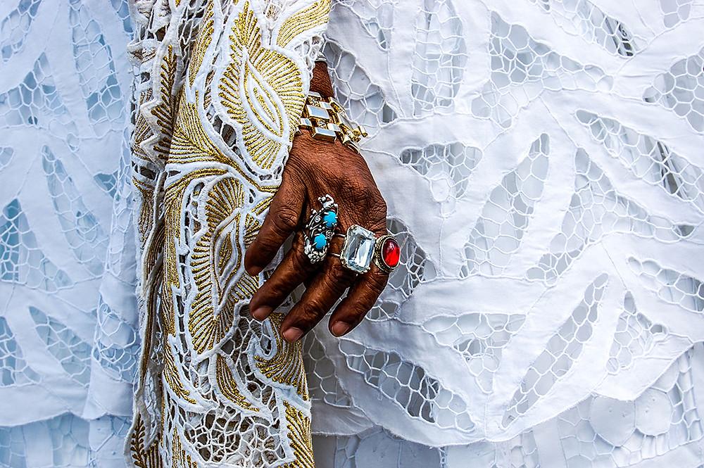 Fotografia das mãs de Ebome Anália, integrante da Irmandade da Boa Morte.