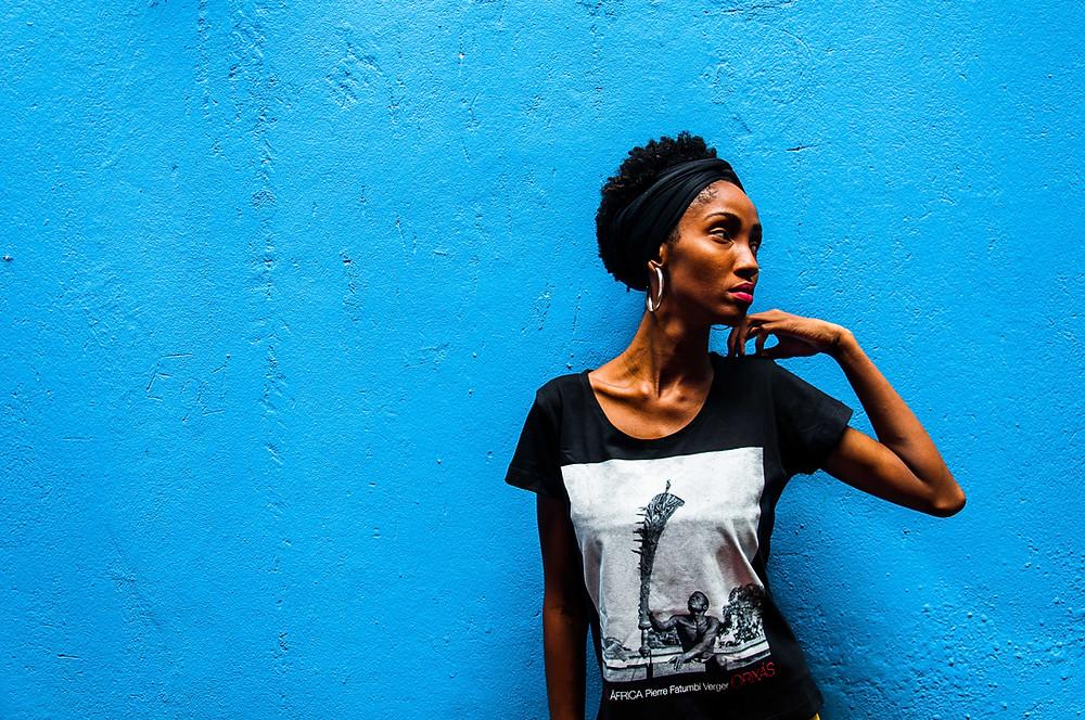 Fotografia de Zaira Tavares na Fundação Pierre Verger, em Salvador/BA.