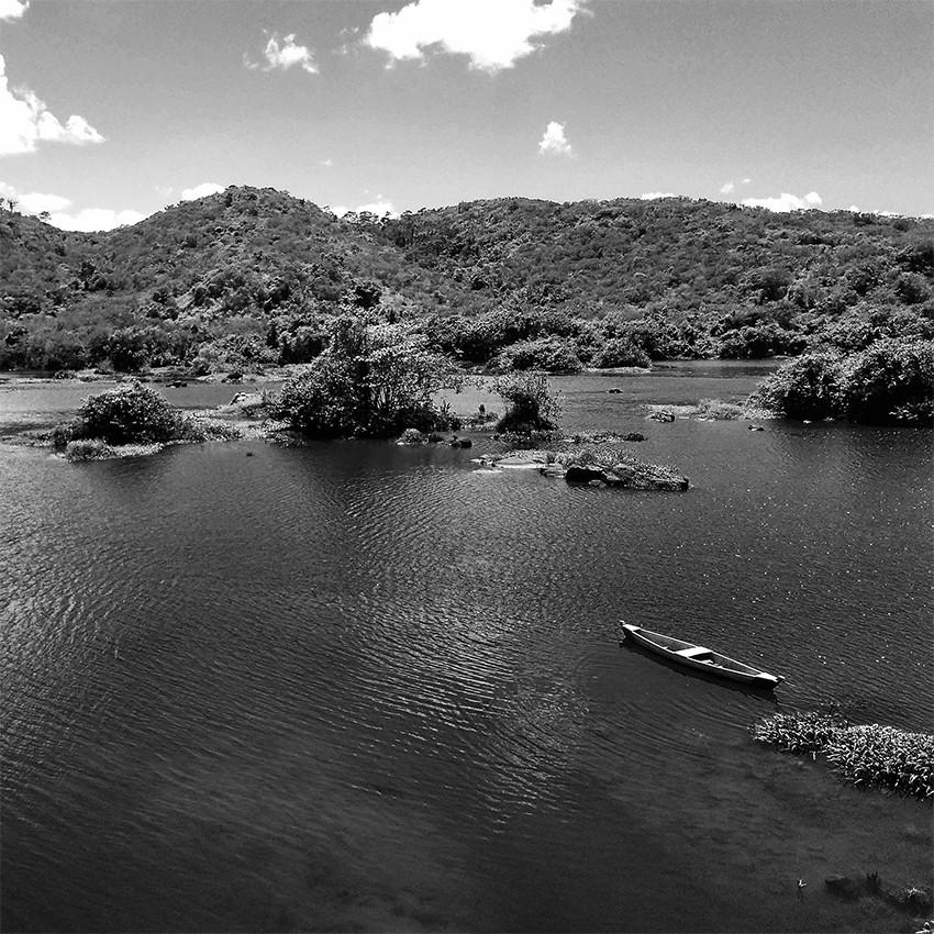 Fotografia de um barco ancorado no Rio Paraguaçu.