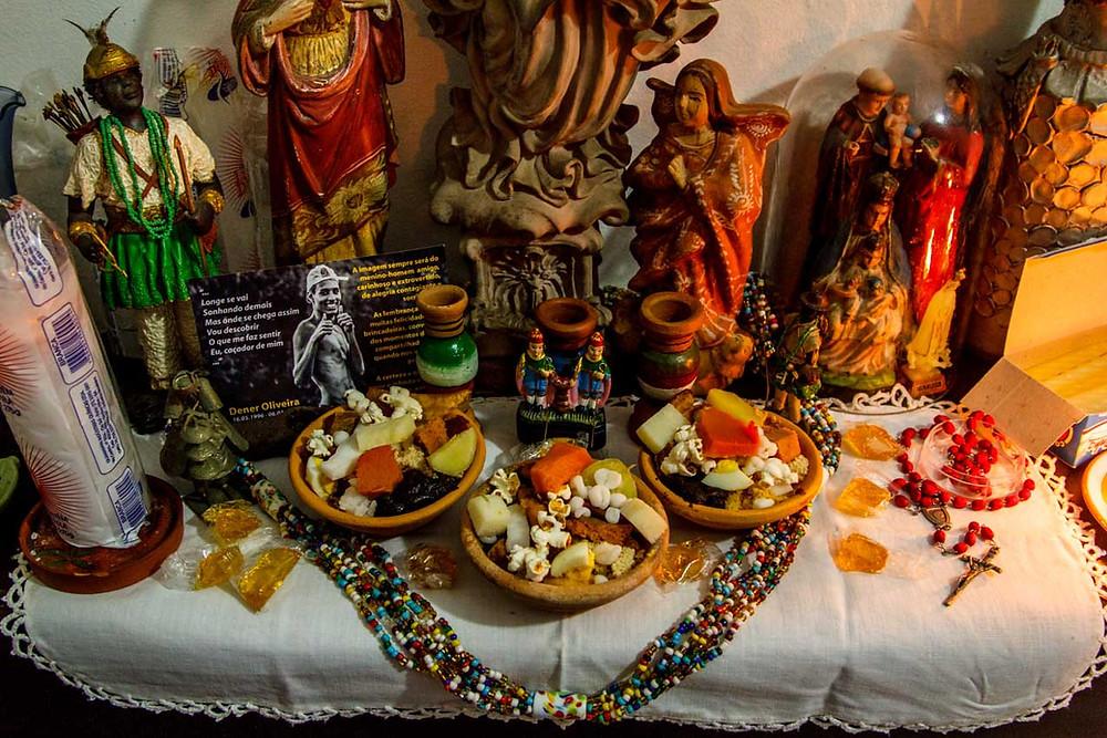 Altar de santos com caruru de Cosme e Damião.